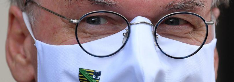 Reiner Haseloff (CDU), Ministerpräsident von Sachsen-Anhalt, trägt eine Maske mit dem Wappen des Landes