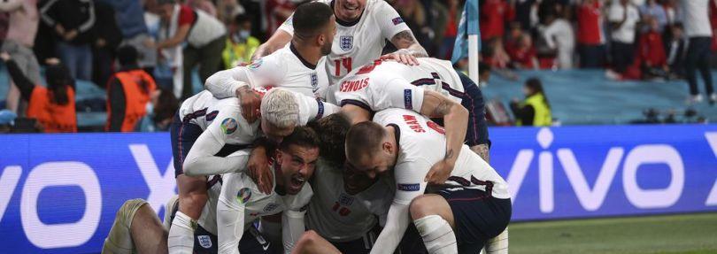 Fußball-EM: Englands Harry Kane (unten) feiert mit seinen Teamkollegen das 2:1
