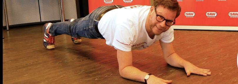 Holger Tapper macht eine Plank