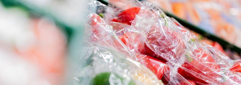 Gemüse in Plastikverpackung liegen in einem Supermarkt