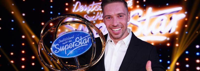 """Ramon Roselly, Kandidat der 17. Staffel der Casting-Show """"Deutschland sucht den Superstar"""" (DSDS) freut sich nach dem Finale über seinen Sieg."""