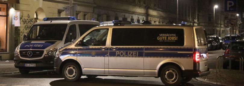 Leipzig: Polizeifahrzeuge blockieren eine Straße