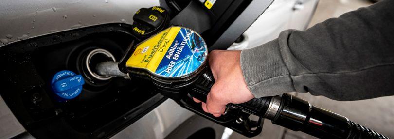 Ein Mann betankt seinen Wagen mit Diesel-Kraftstoff.