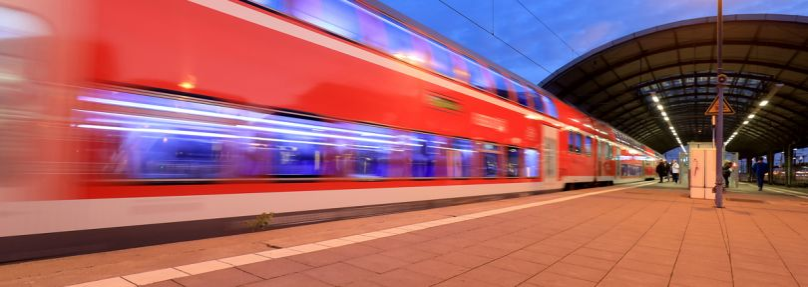 Regionalzug fährt aus Hauptbahnhof Halle/Saale