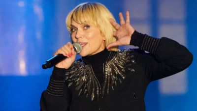 Anna Loos singt auf einer Bühne