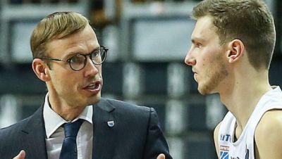 Head Coach Bjoern Harmsen (l) von Mitteldeutscher BC spricht vor Einwechslung mit seinem Spieler Ferdinand Zylka.