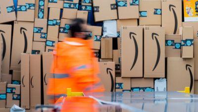 Symbolbild: Pakete liegen in einem amazon-Logistikzentrum