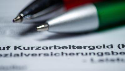 Zwei Kugelschreiber liegen auf einem Antragsformular für Kurzarbeitergeld.