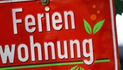Ein Schild wirbt für eine freie Ferienwohnung.