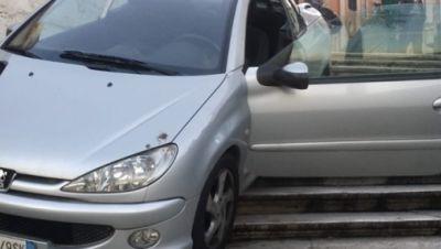 Auto auf spanischer Treppe