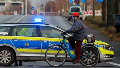 Streifenwagen der Polizei sperrt nach Fund einer Fliegerbombe Straße ab