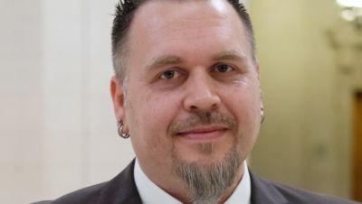 Jürgen Prichta, Polizeihauptkomissar aus Bayern, steht im Bundesverwaltungsgericht. Er wollte sich den Schriftzug «Aloha» auf den Unterarm tätowieren lassen, was das Polizeipräsidium Mittelfranken verbietet.