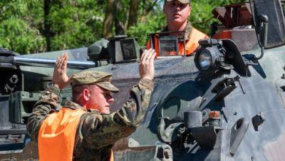 Pionierpanzer Dachs der Bundeswehr und Soldaten bei einer Übung