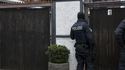 Polizisten stehen vor einem Wohnhaus in Erfurt Vieselbach