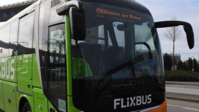 Ein Flixbus steht unter der Ziegelgrabenbrücke, die in Richtung Rügen führt.