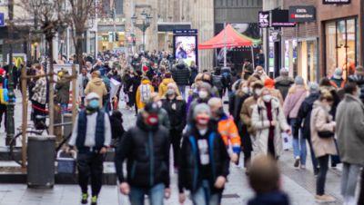 Düsseldorf: Zahlreiche Fußgänger laufen durch die weihnachtlich geschmückte Innenstadt.