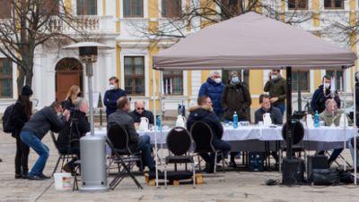 Politiker und Gastronomen am Tisch auf dem Domplatz
