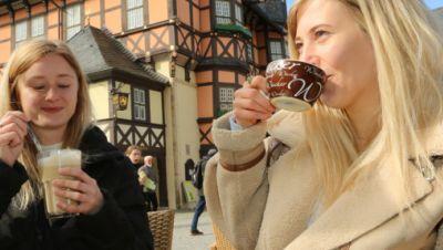 Sophie Helmstedt (l) und Anna Burkhardt aus Wernigerode genießen ihren Kaffee