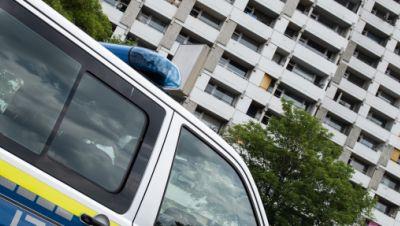 Hochhaus in Göttingen mit Polizeiauto
