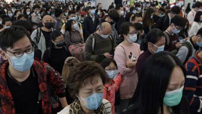 Fahrgäste tragen Atemschutzmasken