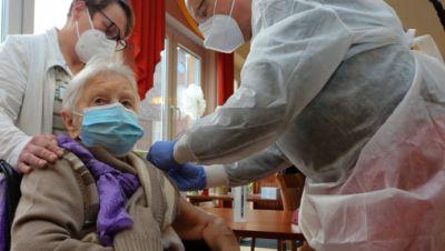 Edith Kwoizalla ist mit ihren 101 Jahren die erste Heimbewohnerin, die in Deutschland gegen Corona geimpft wurde