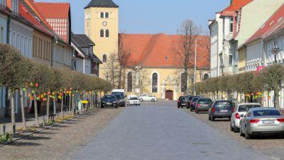 "Blick in die leere ""Lange Straße"" in Jessen"