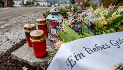 """Symbolbild: """"Ein liebes Gedenken"""" steht auf dem Gebinde vom Trauerkranz auf einem Friedhof."""