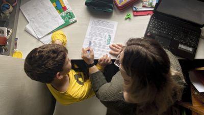 Ein Kind macht seine Hausaufgaben zu Hause mit seiner Mutter am selben Tag, an dem die Bildungsministerin von Spanien bei einer Videokonferenz mit den zuständigen Vertretern aller Regionen beschlossen hat, dass das Schuljahr trotz der Krise wie vorgesehen