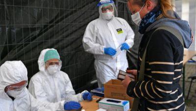 Tönnies-Mitarbeiter in Weißenfels beim Abstrich nehmen wegen Corona