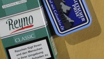 Schnupftabak und Mentholzigaretten liegen zu Beginn der Sitzung des SPD-Parteivorstandes in Berlin für den ehemaligen Bundeskanzler Helmut Schmidt bereit.