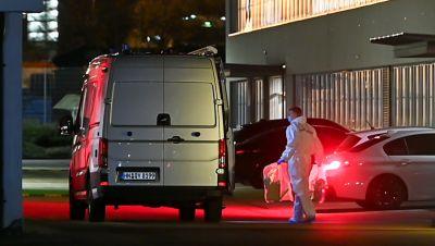 Kriminaltechniker bringt einen Plastikbeutel zum Wagen