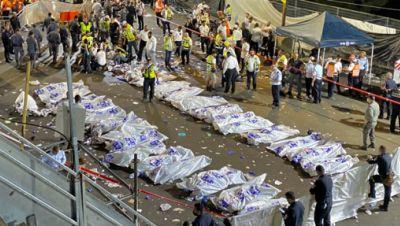 Israelische Sicherheitsbeamte und Rettungskräfte stehen neben den Leichen der Opfer