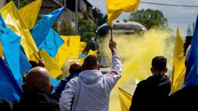 Fans mit blau-gelben Flaggen