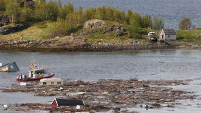 Norwegen, Alta: Treibgut und Trümmer von Häusern füllen die Bucht nach einem Erdrutsch in der Nähe von Alta im arktischen Norwegen.