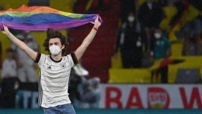 Flitzer mit Regenbogenfahne beim Spiel zwischen Deutschland und Ungarn