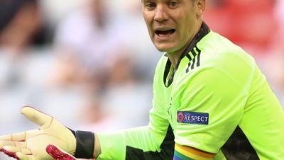 Manuel Neuer mit Regenbogen-Kapitänsbinde