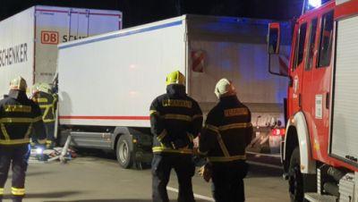 Feuerwehrleute sind nach einem Unfall auf der Autobahn 2 im Einsatz
