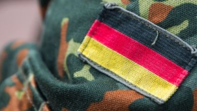 Die deutsche Fahne auf der Uniform eines Soldaten