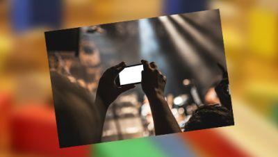 Eine Person fotografiert mit dem Handy