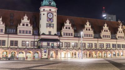 Der leere Marktplatz mit dem Alten Rathaus in der Innenstadt.