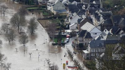 Hochwasser der Mosel hat die B53 in Ürzig überschwemmt