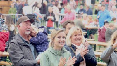 Zuschauer vor der großen Bühne