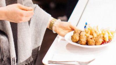 Teller mit Köttbullar und schwedischem Fähnchen