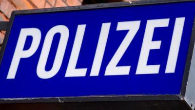 Der Schriftzug «Polizei» auf einem Schild am Gebäude einer Polizeiwache.