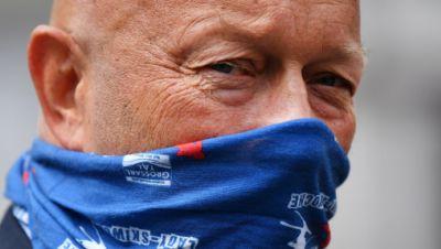Thomas Kemmerich (FDP), früherer Ministerpräsident von Thüringen, steht bei einer Kundgebung von Beschäftigten aus der Kosmetik-Branche mit einem Tuch als Mund-Nasen-Schutz auf dem Fischmarkt.