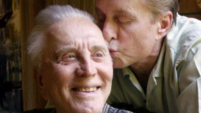 Schauspieler Michael Douglas (r) küsst seinen Vater, den Schauspieler Kirk Douglas