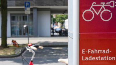 Symbolbild: Fahrrad an Ladesäule für E-Bikes