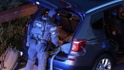 Polizeibeamter auf der Autobahn