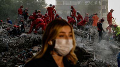 Rettungskräfte suchen in Trümmern