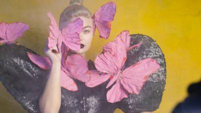 GNTM: Umgeben von pinken Schmetterlingen: Kann Elisa (21, Dortmund) mit filigranen Posen glänzen